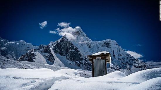 在海拔6812米,这个阿玛达布朗峰的厕所据说下水比珠峰的厕所棒