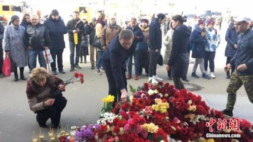 """当地时间4月4日,俄罗斯圣彼得堡地铁""""先那亚广场站""""外,民众向爆炸遇难者献花致哀。"""