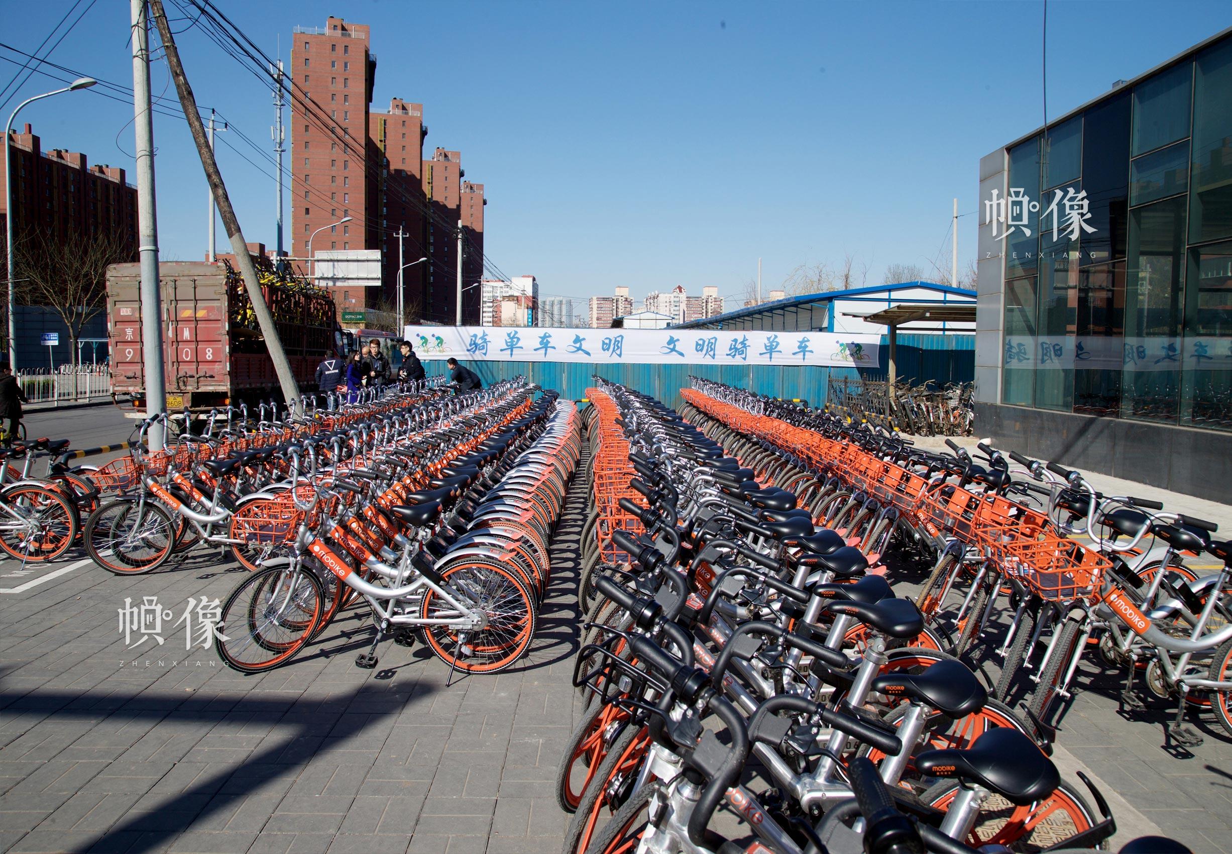 2017年3月27日,北京地铁角门东站外,成排的共享单车整齐停放在共享单车推荐停车区。中国网记者 高南 摄