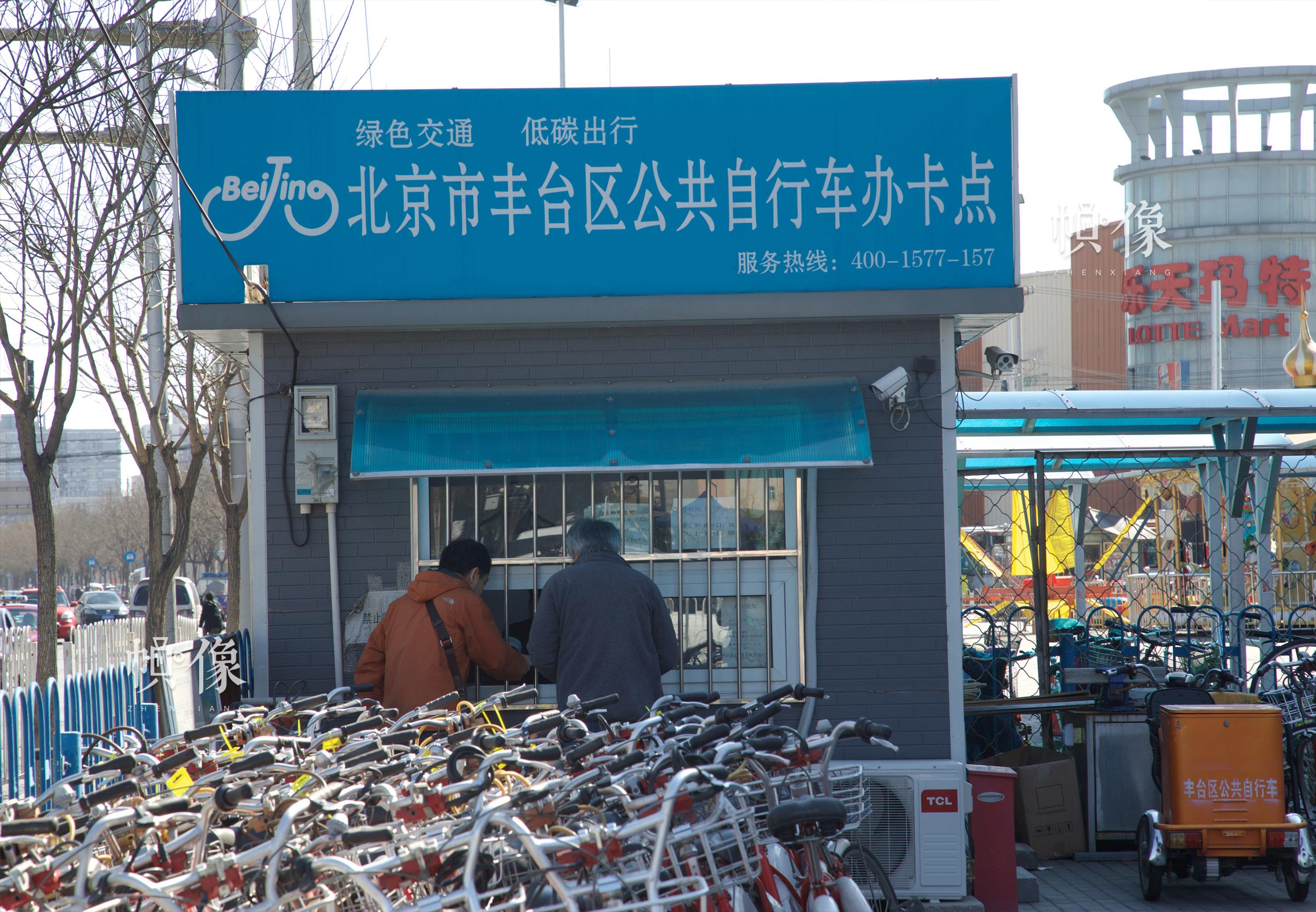2017年3月27日,北京市丰台区的市政公共自行车办卡点,偶有市民前来办卡充值。中国网记者 高南 摄