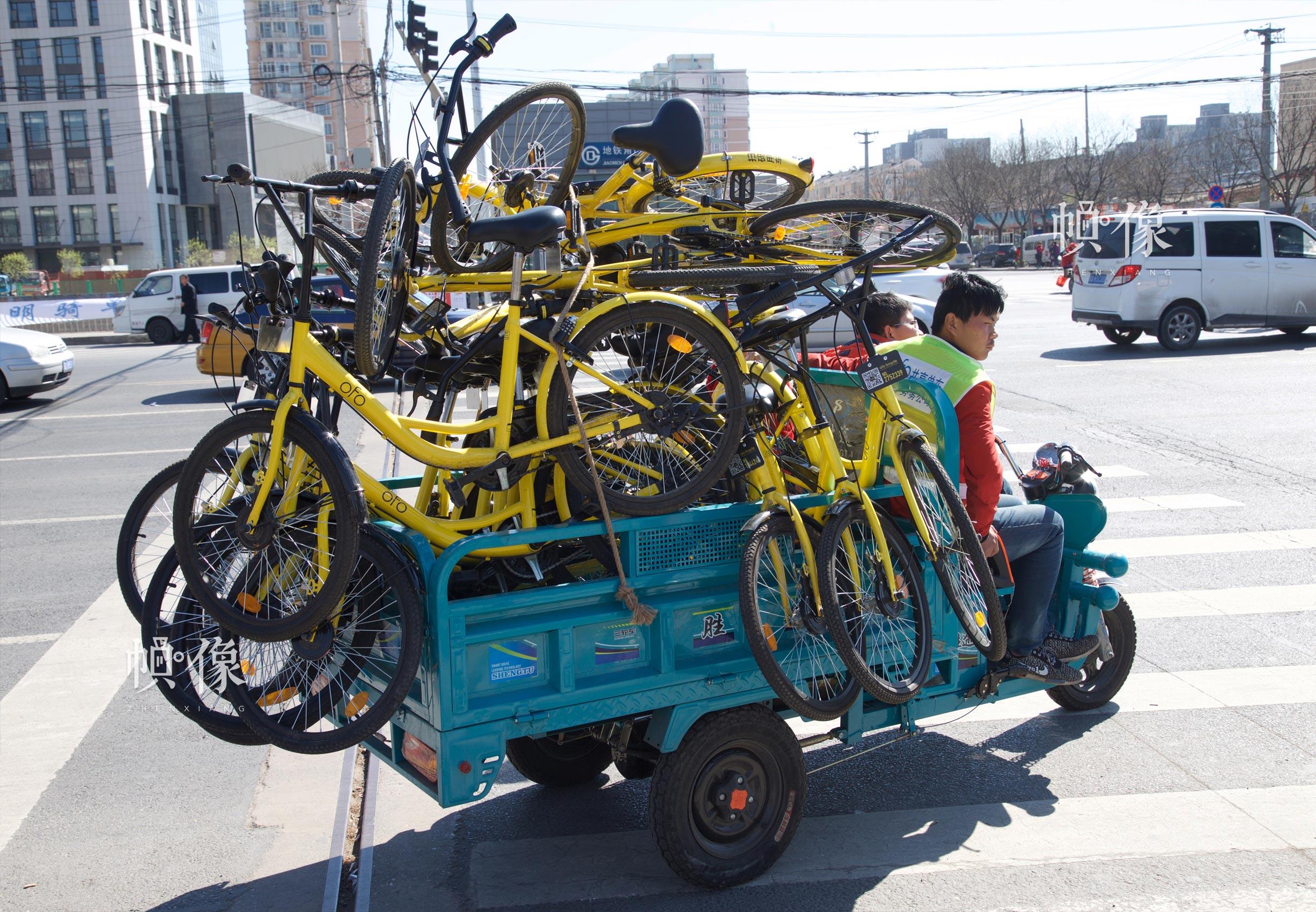 2017年3月27日,工作人员回收被损坏的OFO共享单车。中国网记者 高南 摄