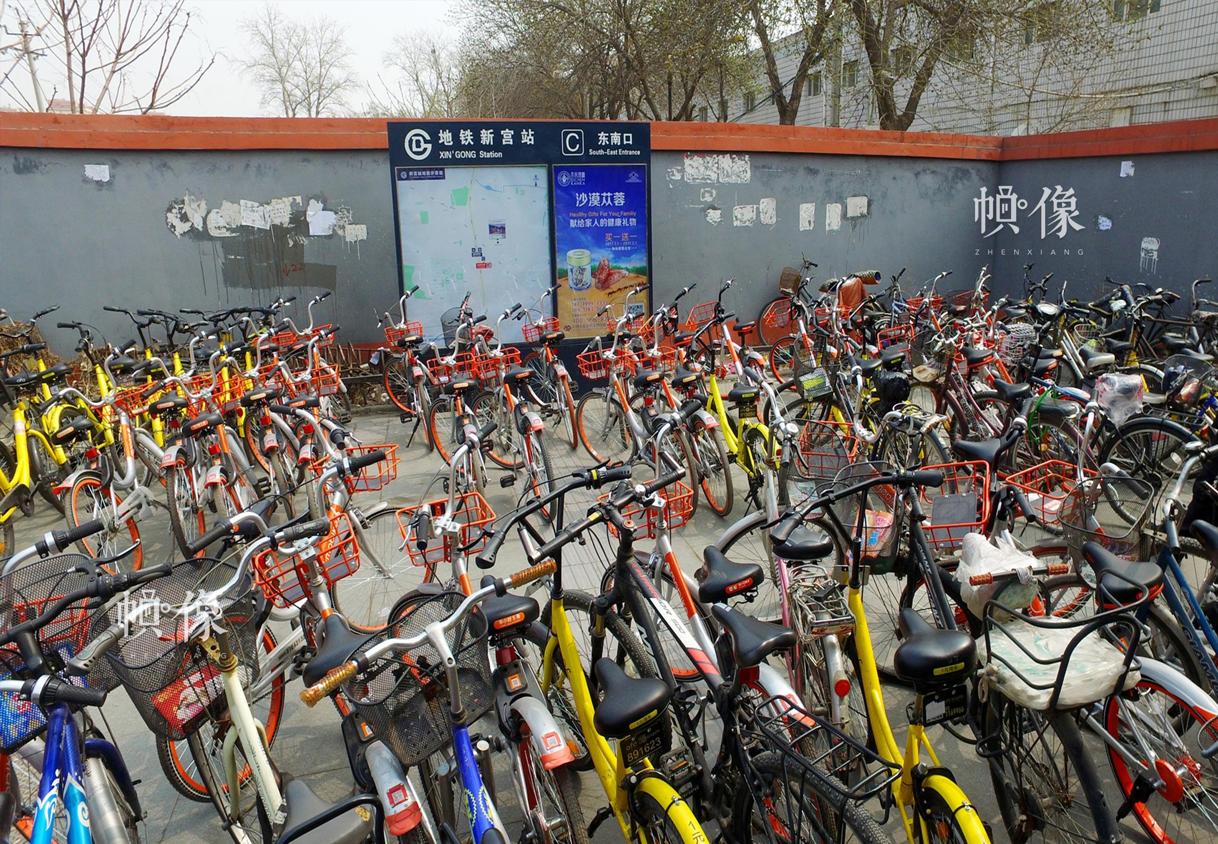 2017年3月30日,北京地铁新宫站,大量共享单车被无序停放在地铁出站口。中国网记者 高南 摄
