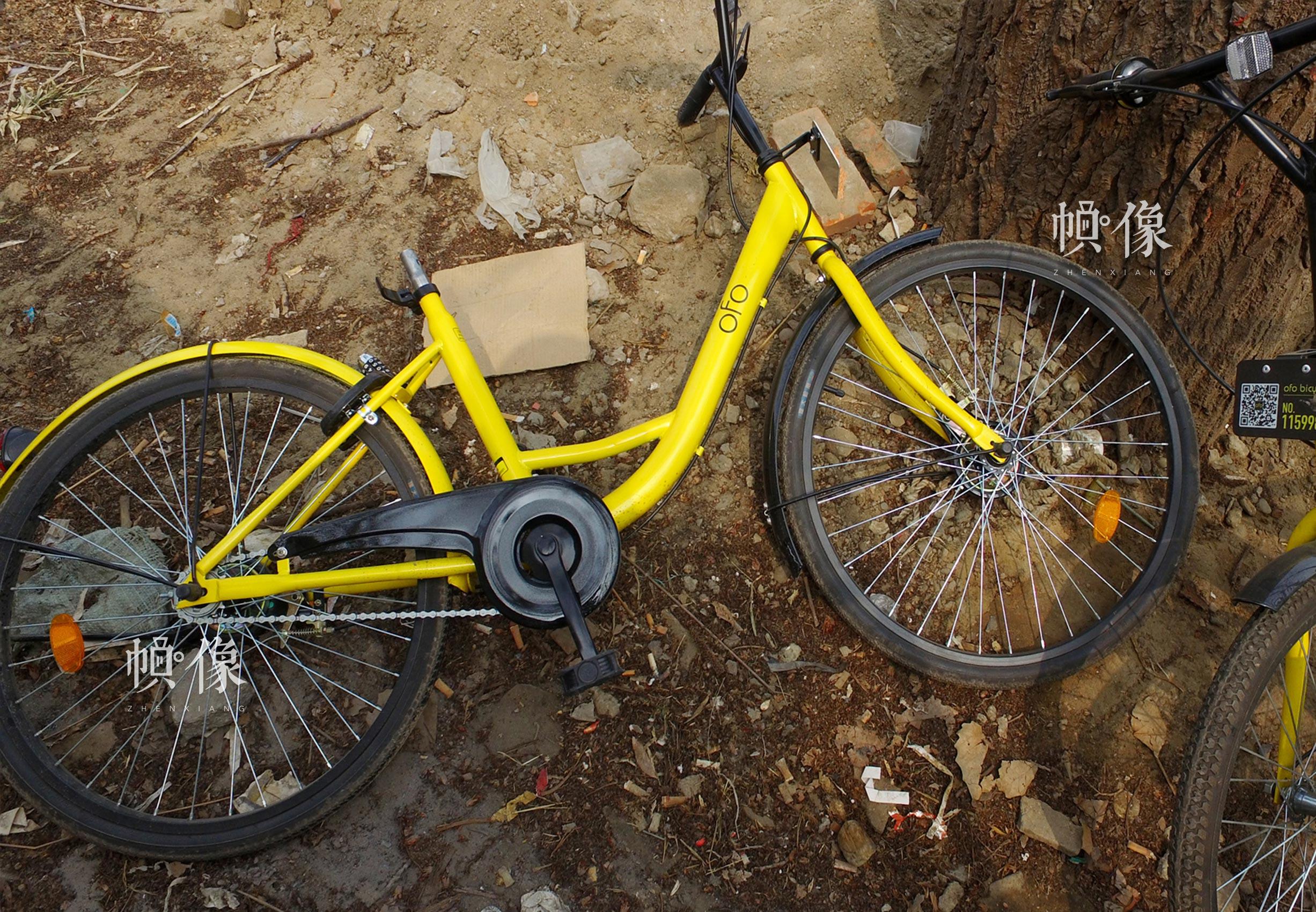 被破坏的共享单车,车座不翼而飞。中国网记者 高南 摄