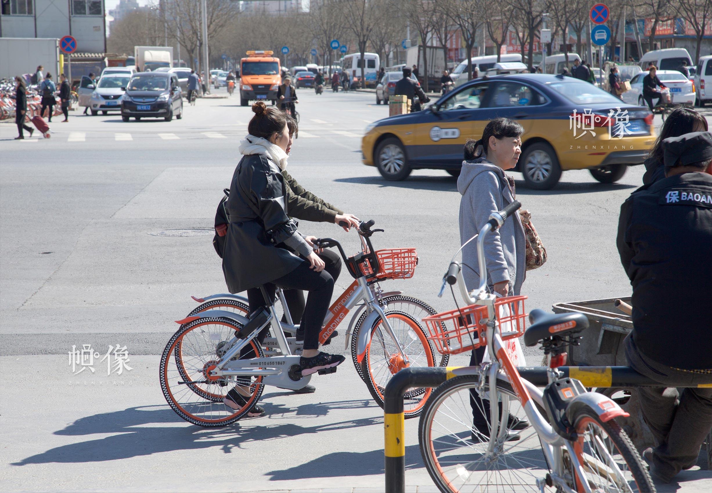 使用共享单车出行的市民。中国网记者 高南 摄