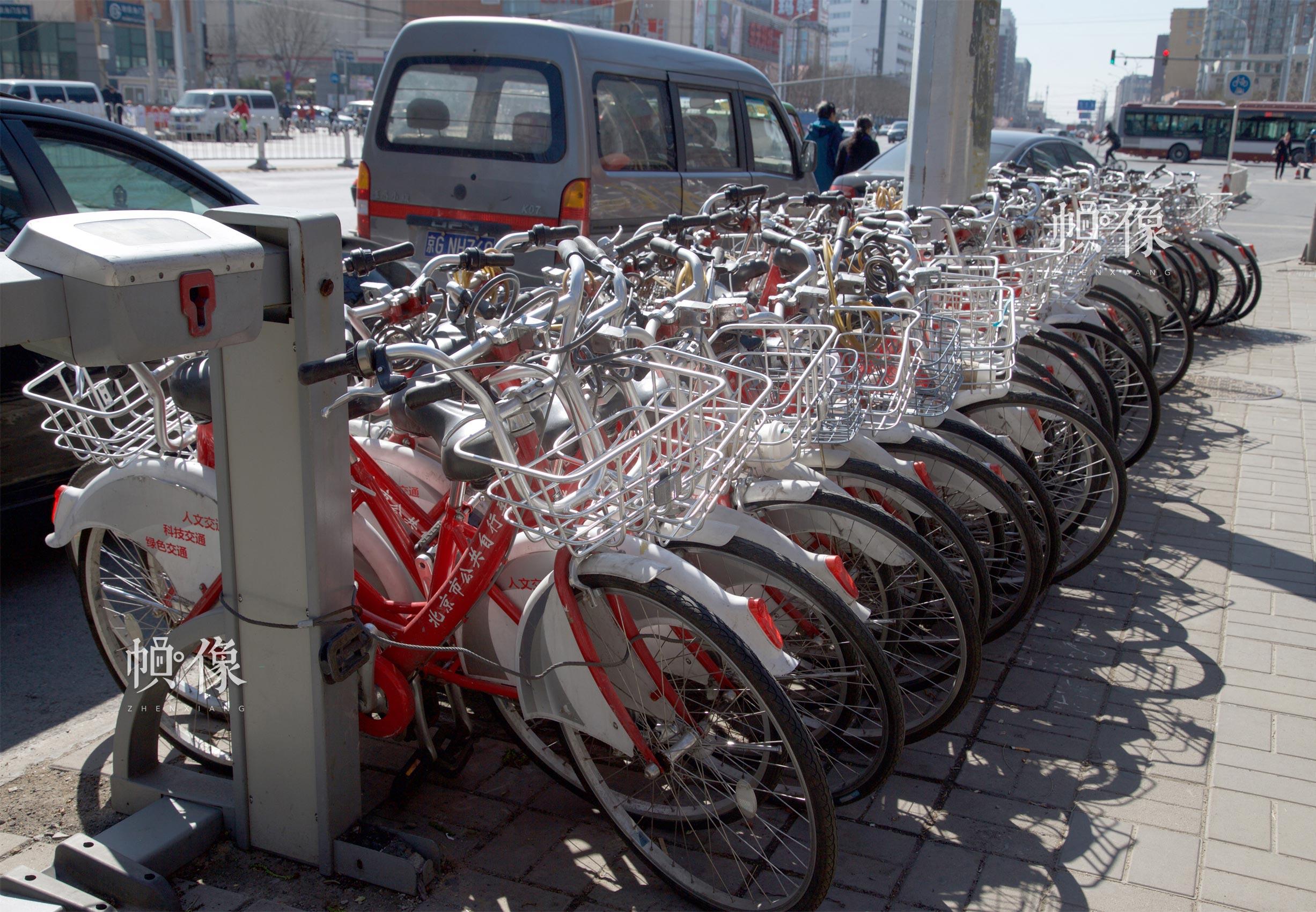 受共享单车的冲击,北京市政公共自行车的使用率有所降低,大量车辆闲置在路边。中国网记者 高南 摄