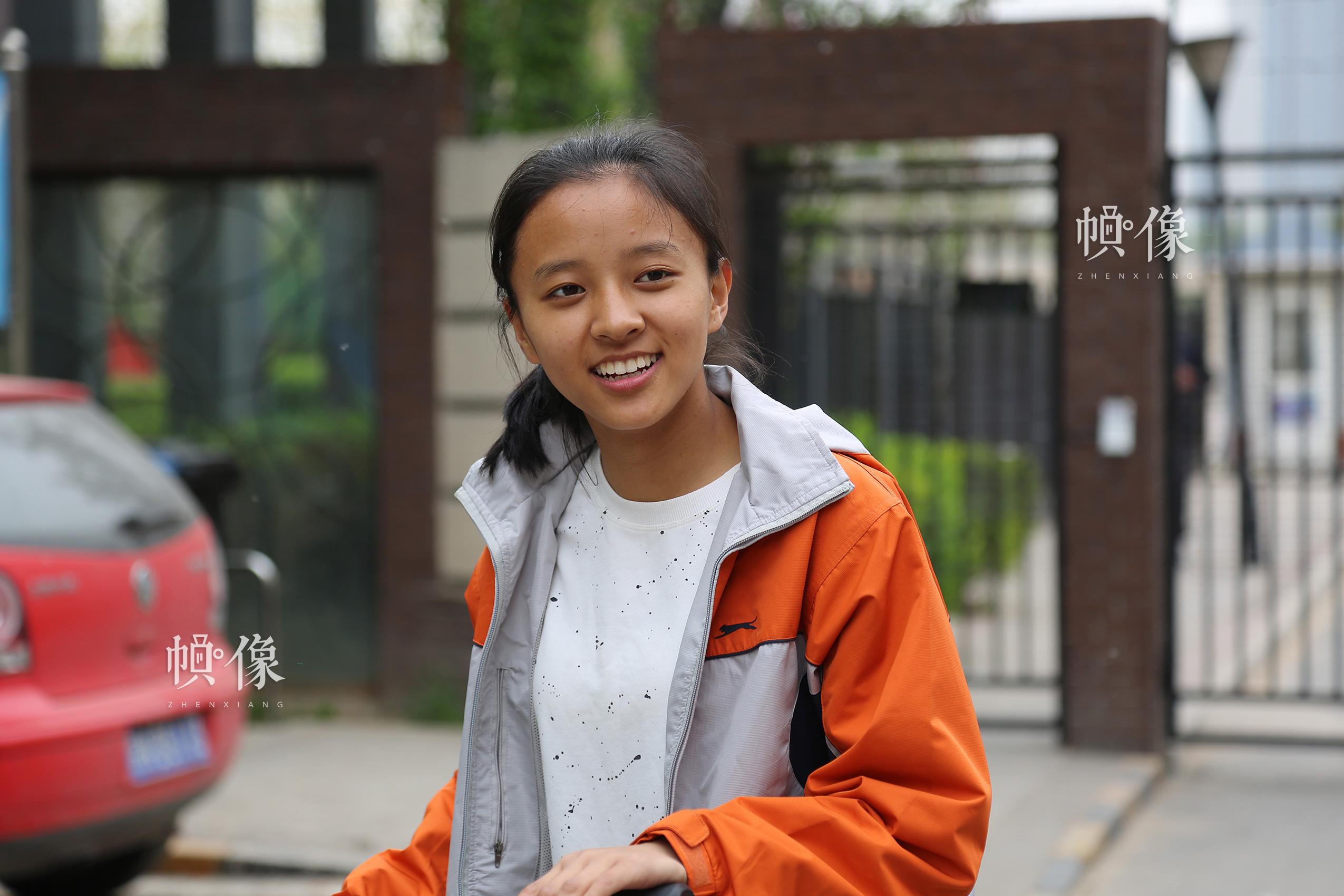 """2017年4月8日,北京,14岁的玉树孩子德乾尕毛,2010年玉树地震,她有7位亲人在地震中遇难,当时她只有7岁。在中华儿慈会的帮助下,2011年她得到北京一个家庭的资助,德乾尕毛现在学习非常好,成绩名列前茅,并荣获北京市""""三好学生""""荣誉称号。中国网记者 黄富友 摄"""