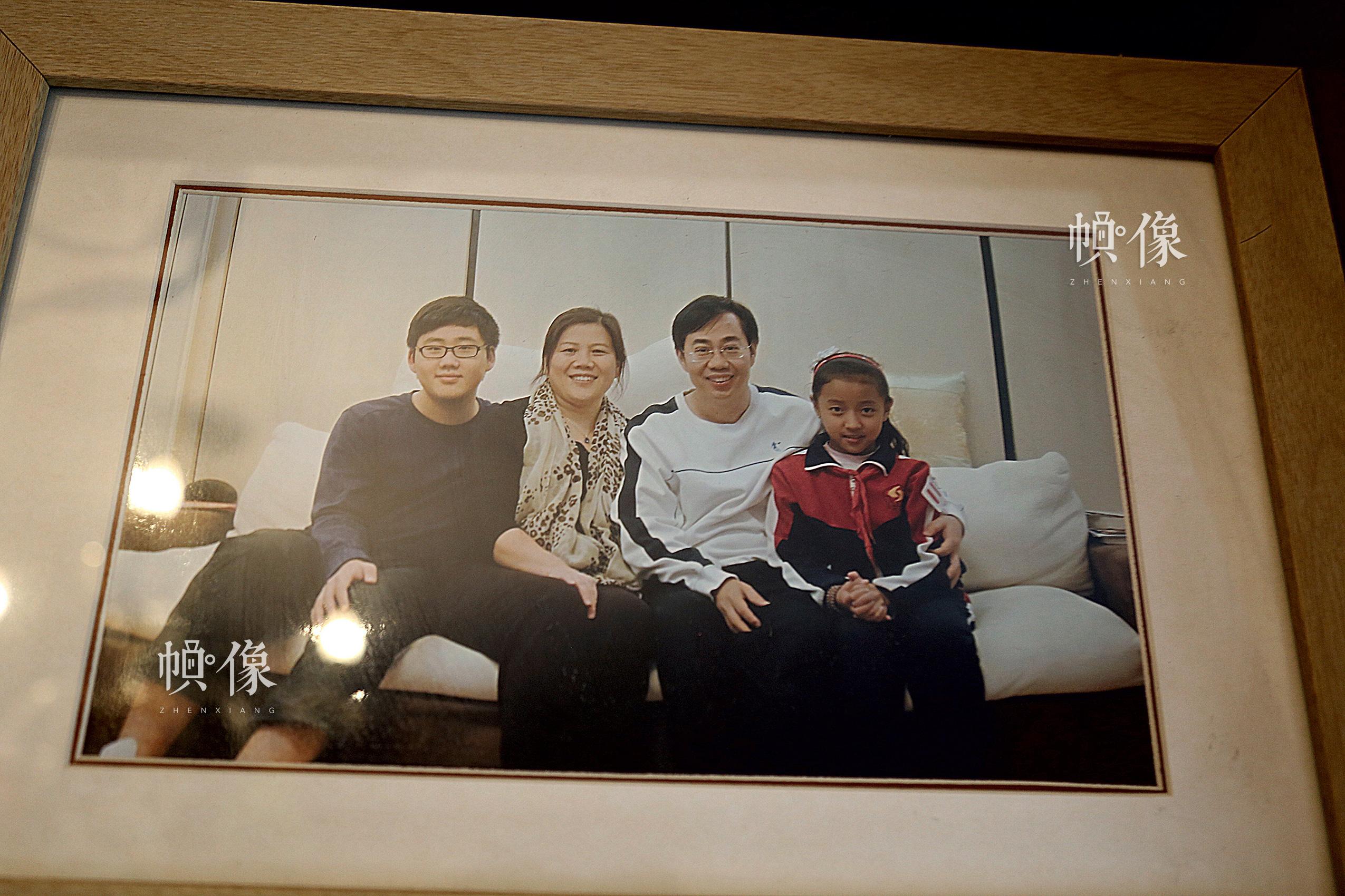 2017年4月8日,北京,德乾尕毛与北京助养家庭的合影。中国网记者 黄富友 摄