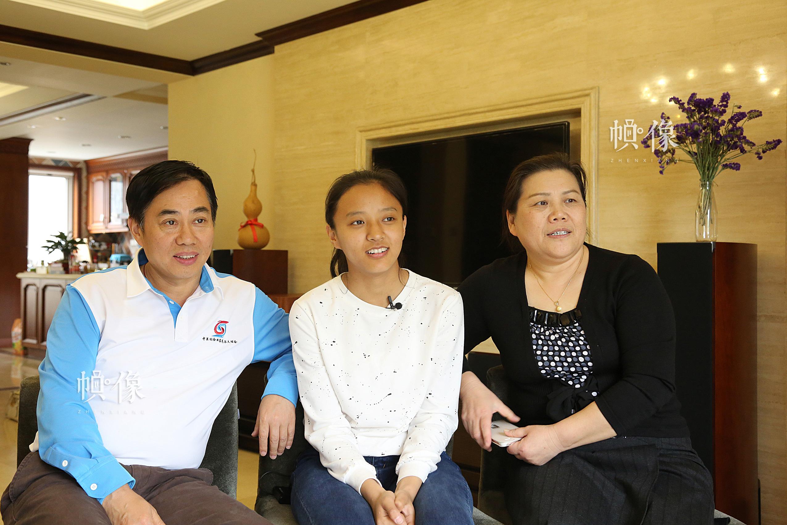 2017年4月8日,德乾尕毛与北京助养家庭父母在家中接受采访。中国网记者 黄富友 摄