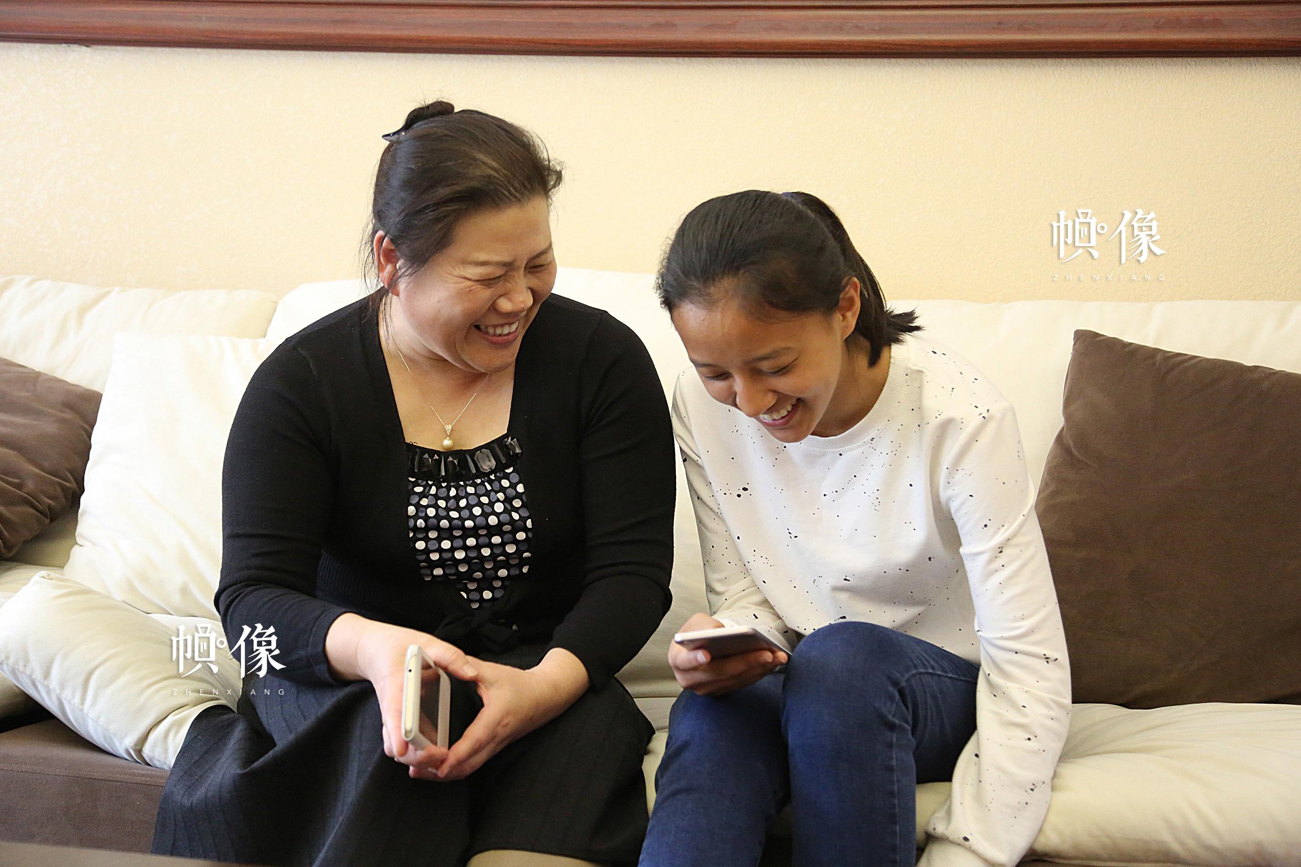 2017年4月8日,德乾尕毛在北京助养家庭中与妈妈讨论一些有趣的事。中国网记者 黄富友 摄