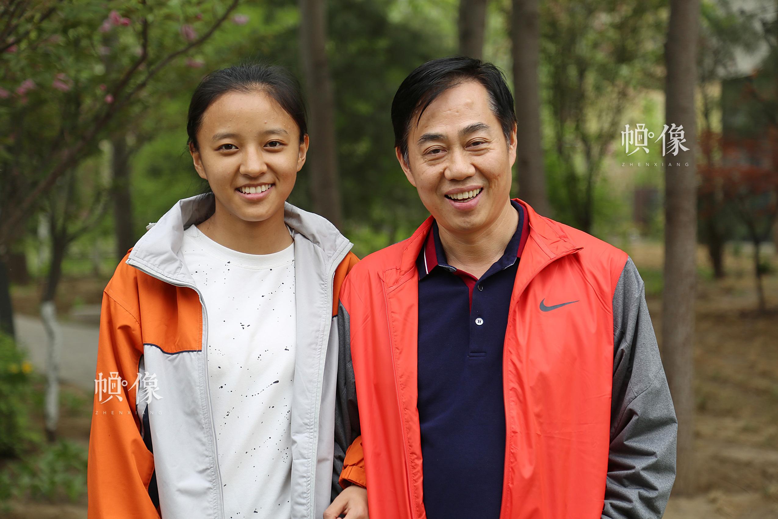 2017年4月8日,德乾尕毛与助养爸爸站在一起,身高基本相同,德乾尕毛说自己之所以长这么高都归功于爸爸妈妈无微不至的呵护。中国网记者 黄富友 摄