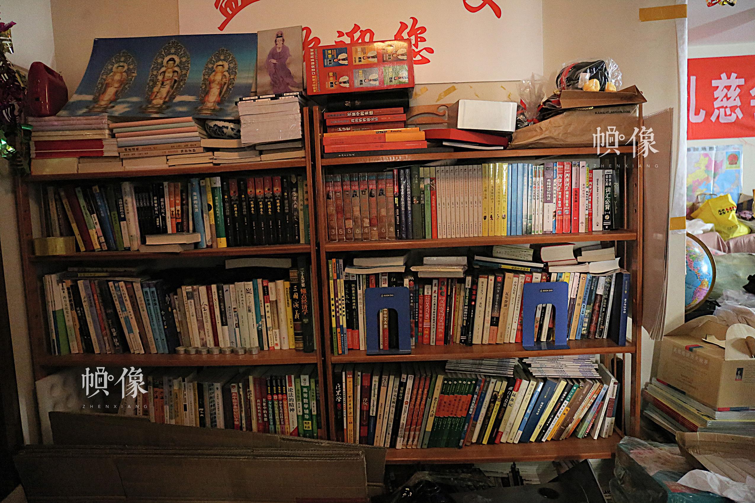 2017年4月9日,北京益童成长中心,客厅书架上摆满了爱心人士为孩子们捐赠的各类图书。中国网记者 黄富友 摄