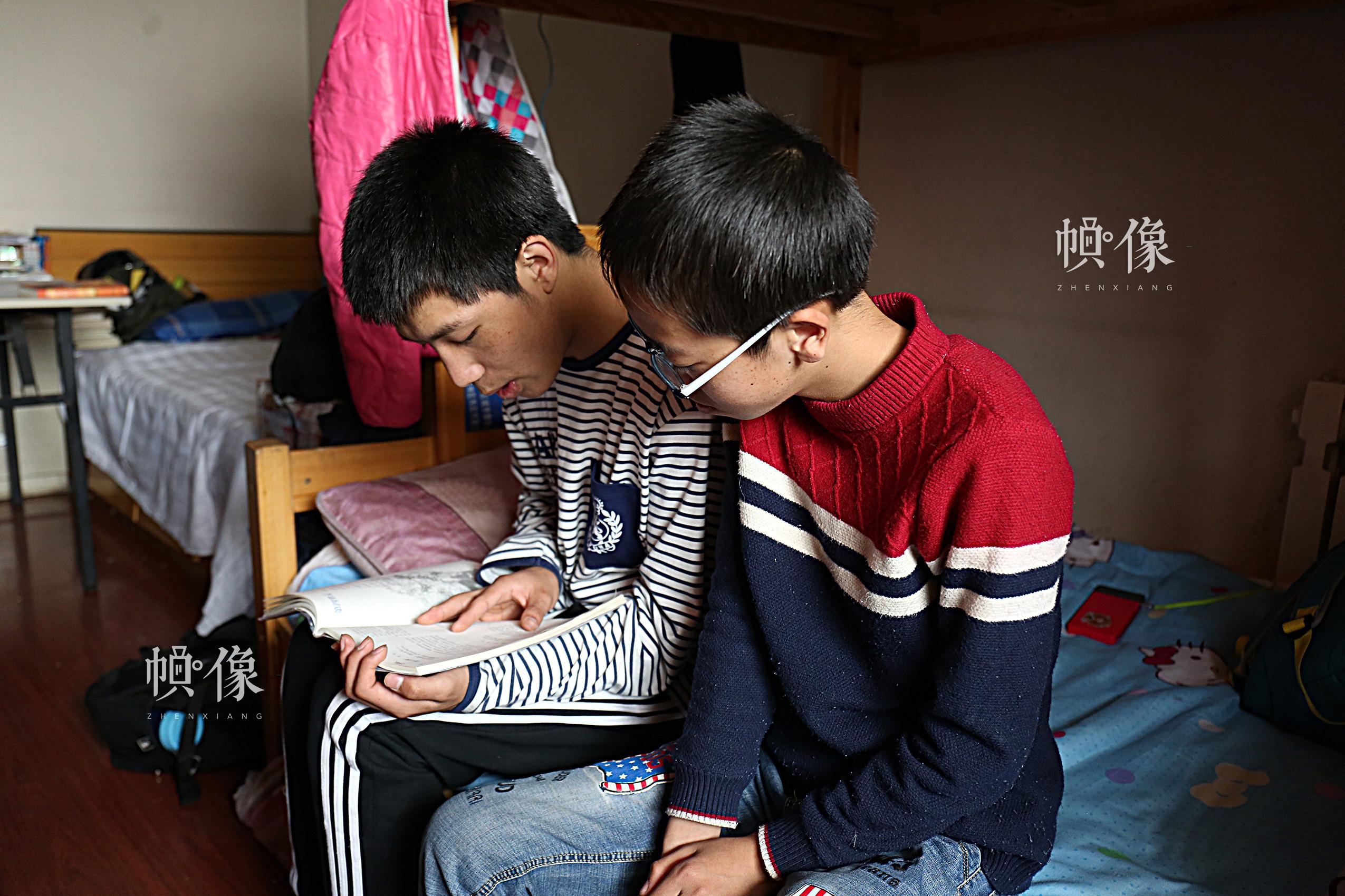 2017年4月9日,北京益童成长中心,两个玉树儿童在卧室学习。中国网记者 黄富友 摄