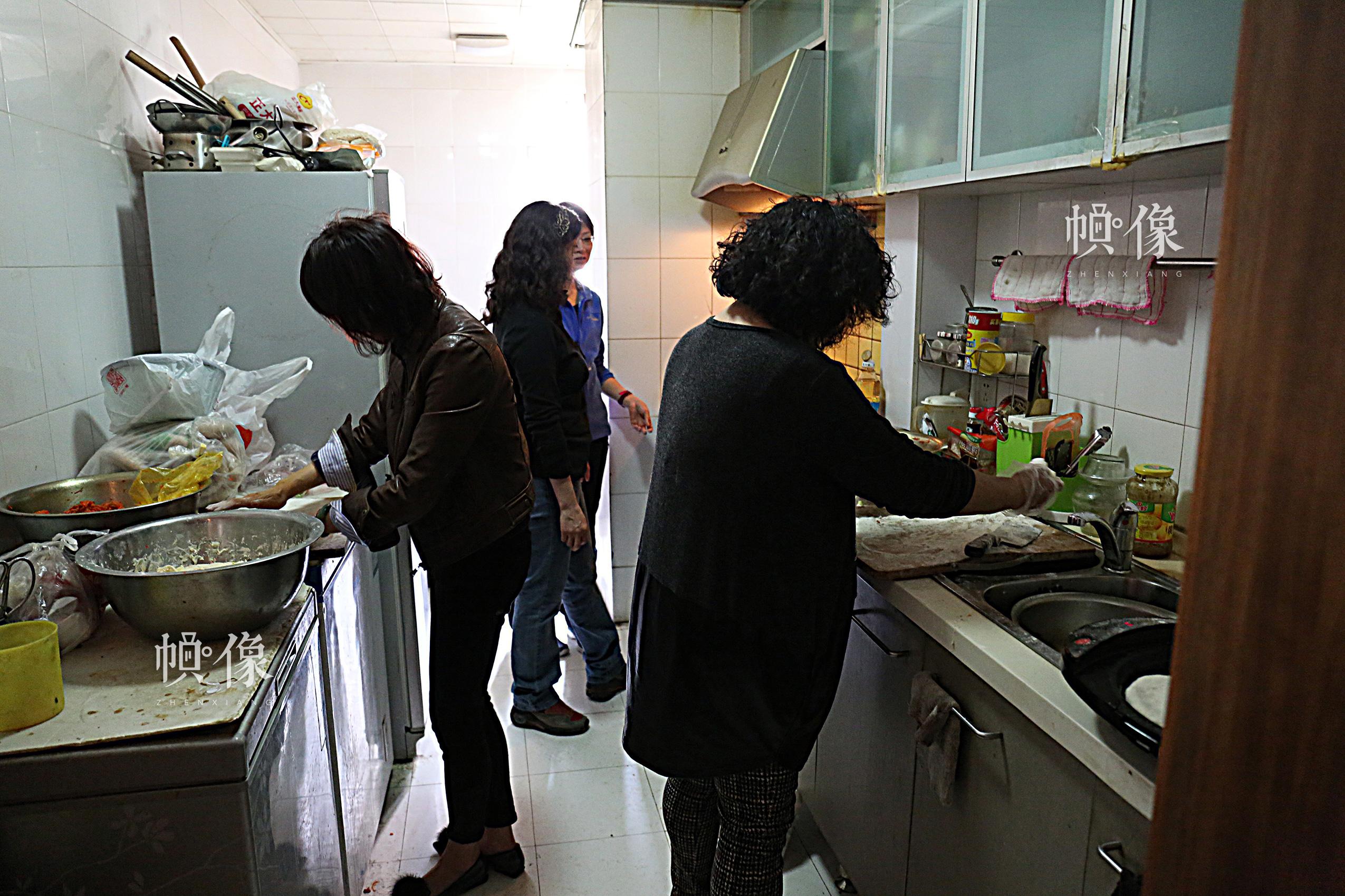 2017年4月9日,北京益童成长中心,十余位爱心人士自备物品来家里为孩子们做午餐。中国网记者 黄富友 摄