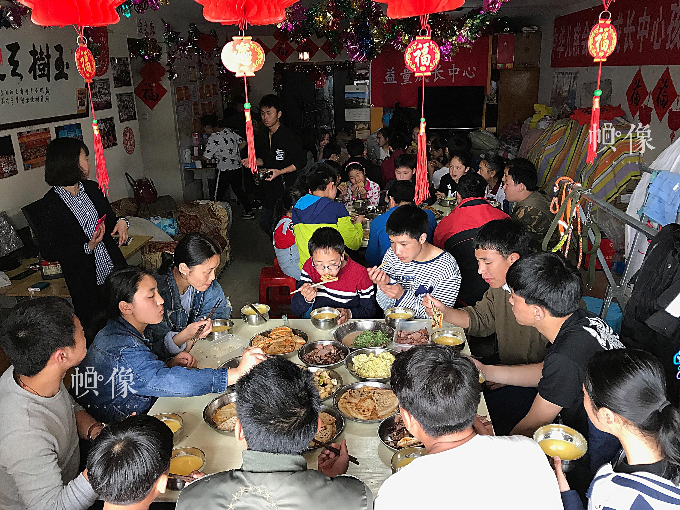 2017年4月9日,北京益童成长中心,孩子们在享用爱心人士为他们精心制作的午餐。(北京益童之家供图)