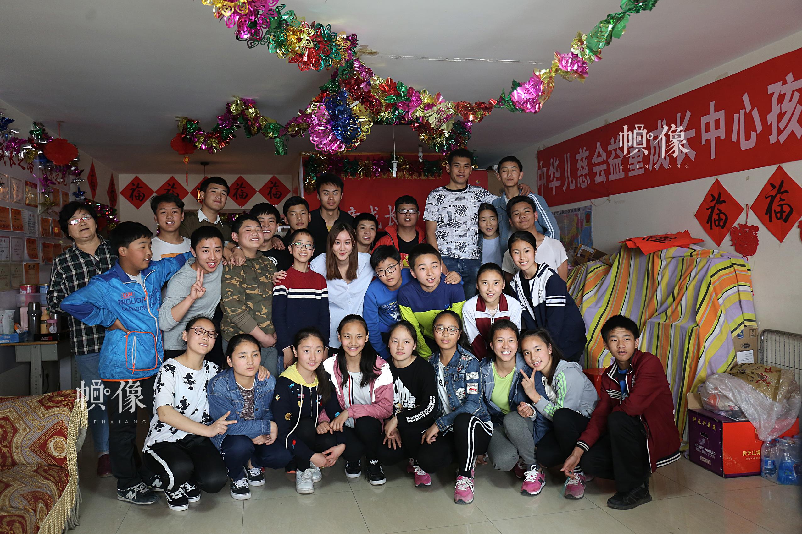 2017年4月9日,志愿者与玉树儿童在北京益童成长中心合影留念。中国网记者 黄富友 摄