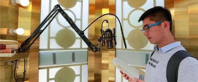 朗读亭内部有两个GO PRO摄像机以及一套完整的录音设备,朗读者只管对着圆形的麦克风念自己准备的内容。