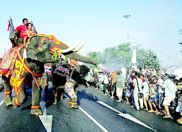 泰国象_泰国:人象泼水大战 共迎泰历新年_ 视频中国