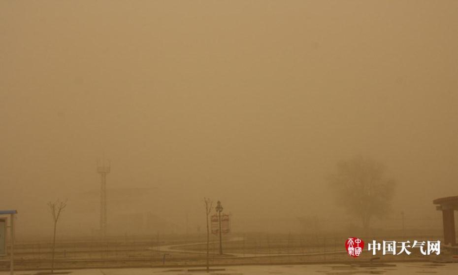 南疆多地遭遇大风沙尘暴 天空变为土黄色
