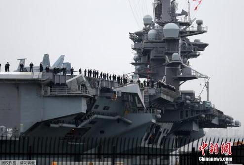 """当地时间2017年1月5日,美国加州,""""卡尔文森""""号航空母舰前往前往太平洋西部。报道称,美国""""卡尔文森""""号航母在航行过程中将有驱逐舰""""墨菲""""号在夏威夷加入,编队中还有驱逐舰""""梅尔""""号等,官兵总计7500名。"""