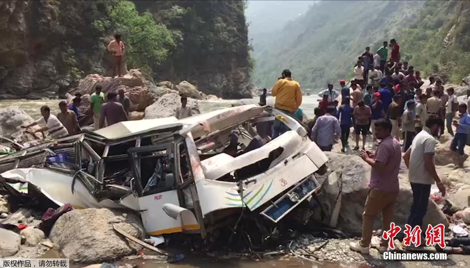 印度大巴坠落山谷致45人死 售票员跳车逃生