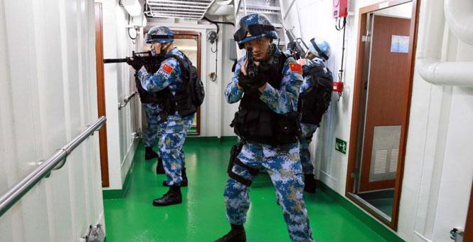 海军护航编队举行特战队员反海盗演练
