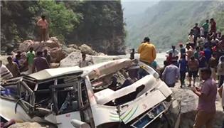印度一大巴坠落山谷 已致45人死亡
