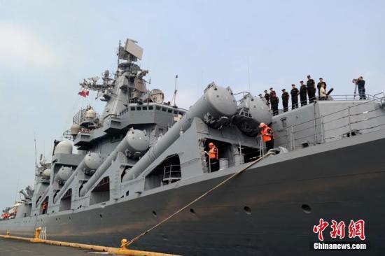 """4月20日,素有""""航母杀手""""之称的俄罗斯太平洋舰队旗舰""""瓦良格""""号导弹巡洋舰抵达马尼拉南港,开始对菲律宾为期4天的友好访问。自杜特尔特2016年6月就任菲律宾总统以来,菲俄两国之间的军事交流日益热络。这也是今年以来俄罗斯军舰第二次访问马尼拉。图为""""瓦良格""""号导弹巡洋舰驶入码头停靠,舰上官兵列队。<a target='_blank' href='http://www.chinanews.com/'><p align="""