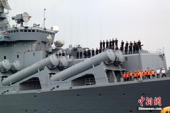 """4月20日,素有""""航母杀手""""之称的俄罗斯太平洋舰队旗舰""""瓦良格""""号导弹巡洋舰抵达马尼拉南港,开始对菲律宾为期4天的友好访问。自杜特尔特2016年6月就任菲律宾总统以来,菲俄两国之间的军事交流日益热络。这也是今年以来俄罗斯军舰第二次访问马尼拉。图为""""瓦良格""""号导弹巡洋舰缓缓驶入码头,舰上官兵列队。<a target='_blank' href='http://www.chinanews.com/'><p align="""