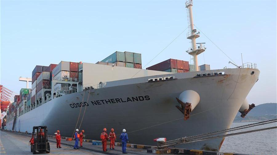 """中遠海運遠洋貨輪""""荷蘭""""號抵達上海"""