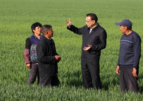 李克强总理和这位农民田间聊啥聊了这么久?