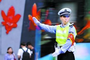 广州突降暴雨城中多处积水 帅交警140秒连做12手势