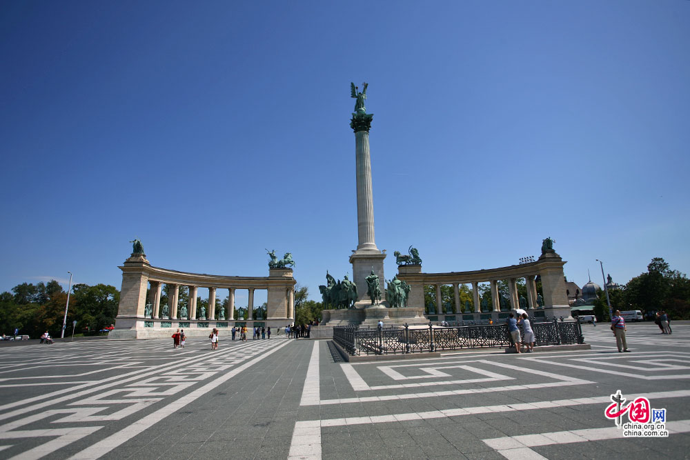 英雄广场中心的千年纪念柱
