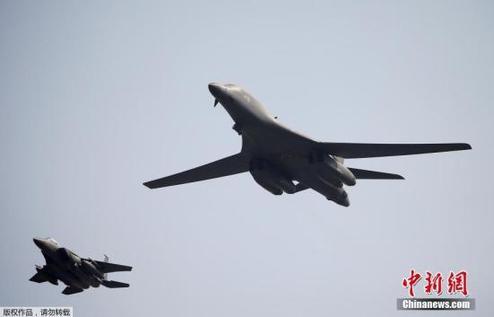 资料图:据外媒报道,当地时间9月13日上午,美军两架B1-B兰斯轰炸机从关岛安德森空军基地出发,进入驻韩美军乌山空军基地临近空域。
