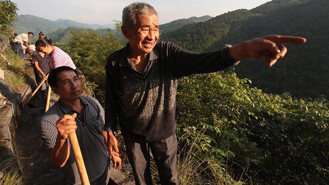 贵州八旬老支书36年拿命换水 悬崖凿9400米脱贫渠