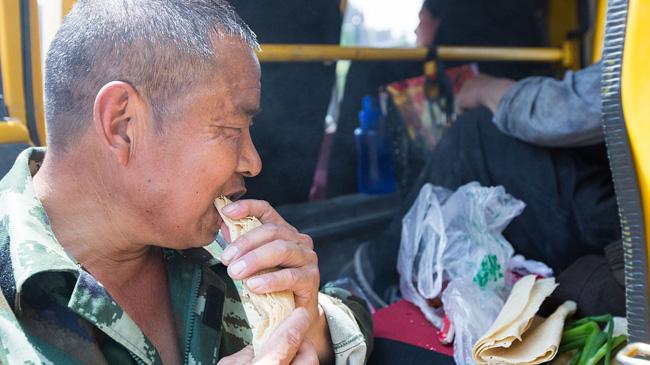 民工带60斤煎饼外出打工 中饭天天吃煎饼仅需1元