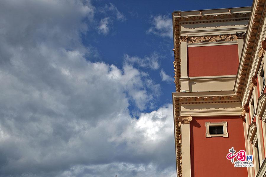 金色大厅砖红色外墙