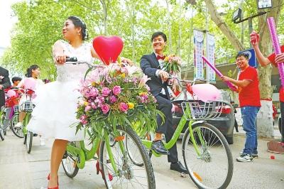 小伙骑共享单车迎娶新娘 50辆迎亲车队成街头一景