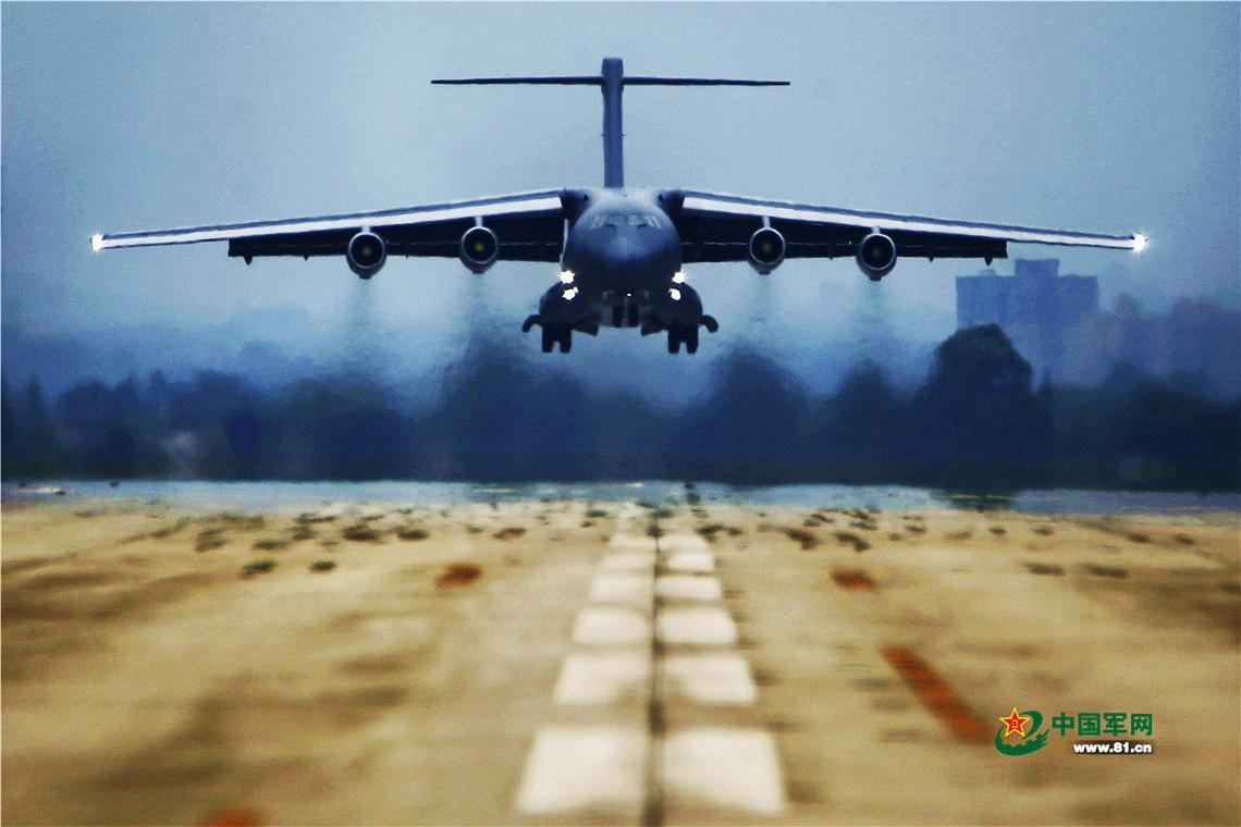 空军运20大运执行飞行训练