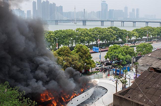 长沙竹山园一船体建筑发生火灾 浓烟滚滚