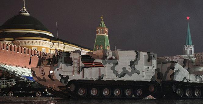 俄胜利阅兵夜间彩排 多款装备披挂极地涂装亮相