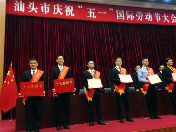 品牌文化总监张宝忠代表猛狮科技接受颁奖.jpg