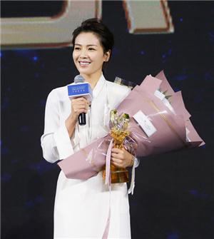 劉濤獲年度慈善榜樣明星 裙擺搖曳溫婉迷人