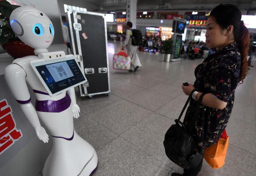 智能器人亮相福州火车北站候车大厅