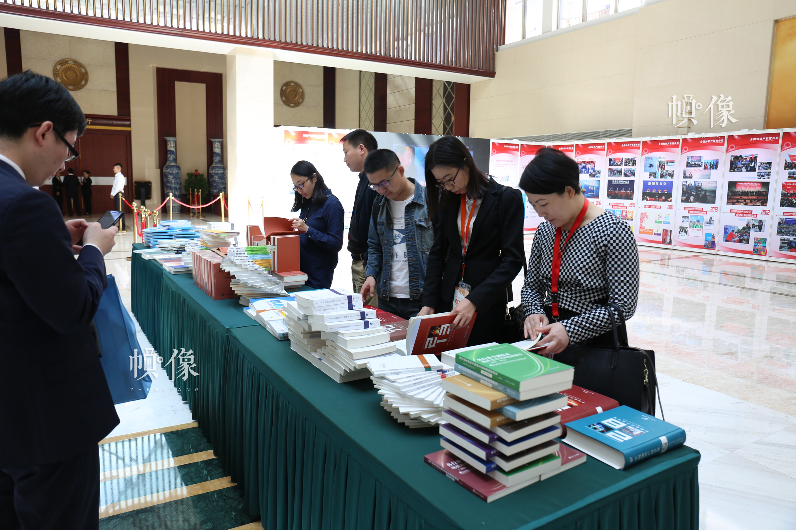 2017年4月20日,2017中国知识产权保护高层论坛开始前参会者在大厅阅读知识产权相关书籍。 中国网记者 赵超 摄