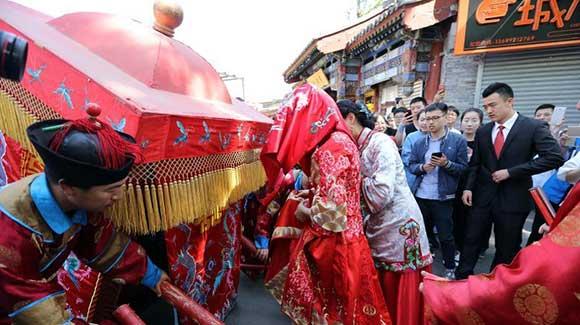 北京什刹海中式婚礼 新郎喜轿迎新娘