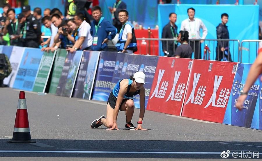 全马感人一幕:女选手体力透支爬过终点