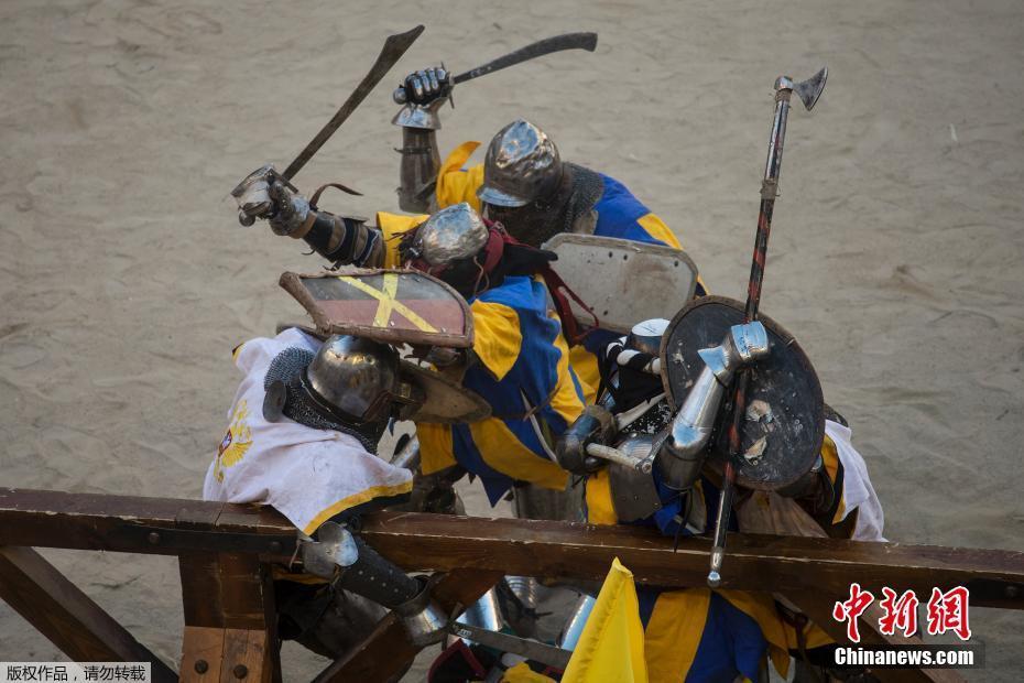 中世纪格斗世锦赛举行 选手着盔甲变战斗民族