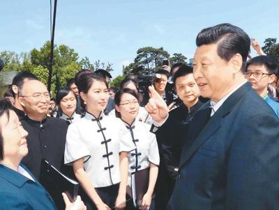 2014年5月4日,习近平在校园观看北大师生纪念五四运动95周年青春诗会时同朗诵者亲切交谈。新华社记者 马占成摄