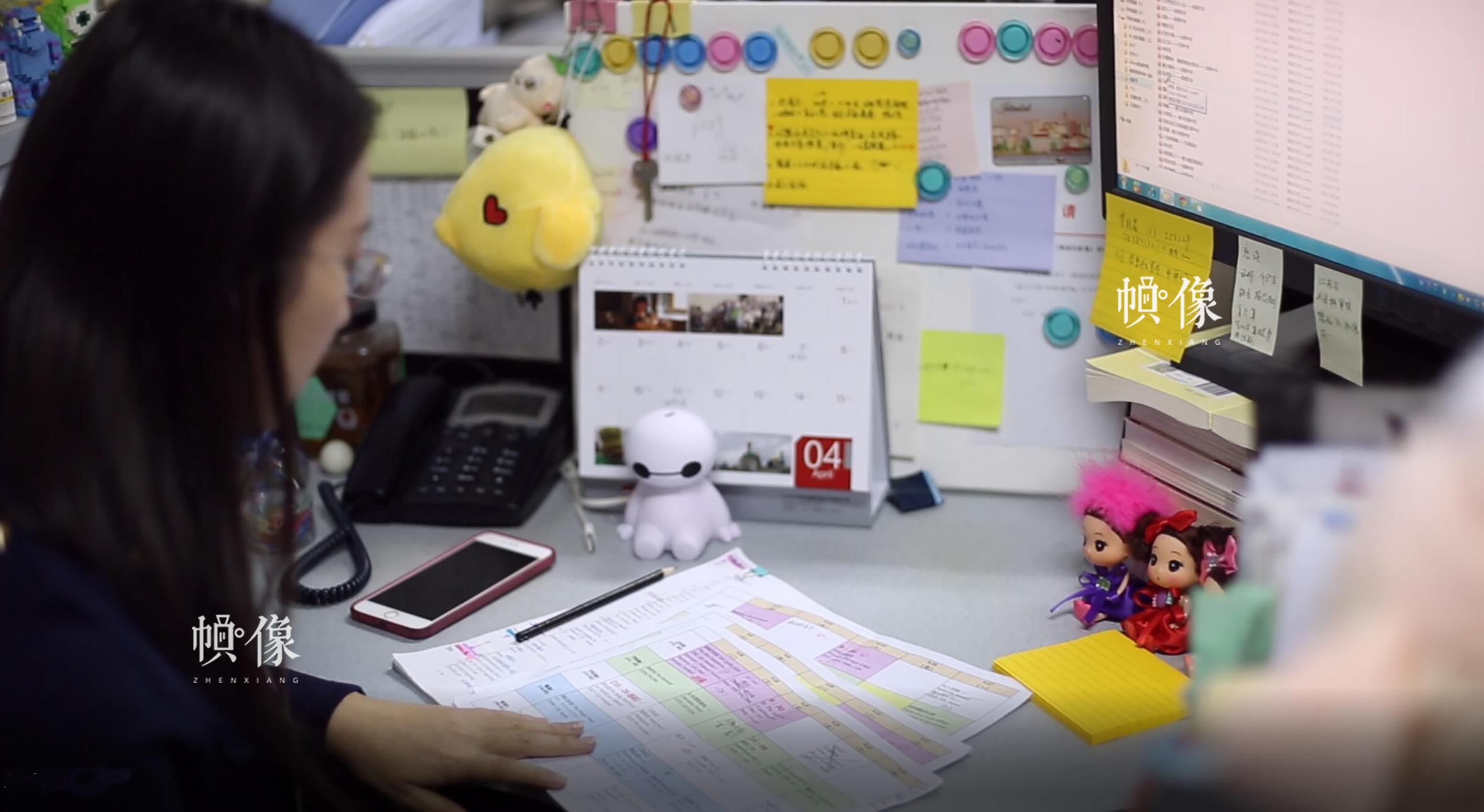 每年北京国际电影节都是排片量大、工作量大的时期,周立烨白天拍完自己的影片,晚上到办公室还要继续熬夜看下一场影片,循环往复。中国网记者 焦源源 摄