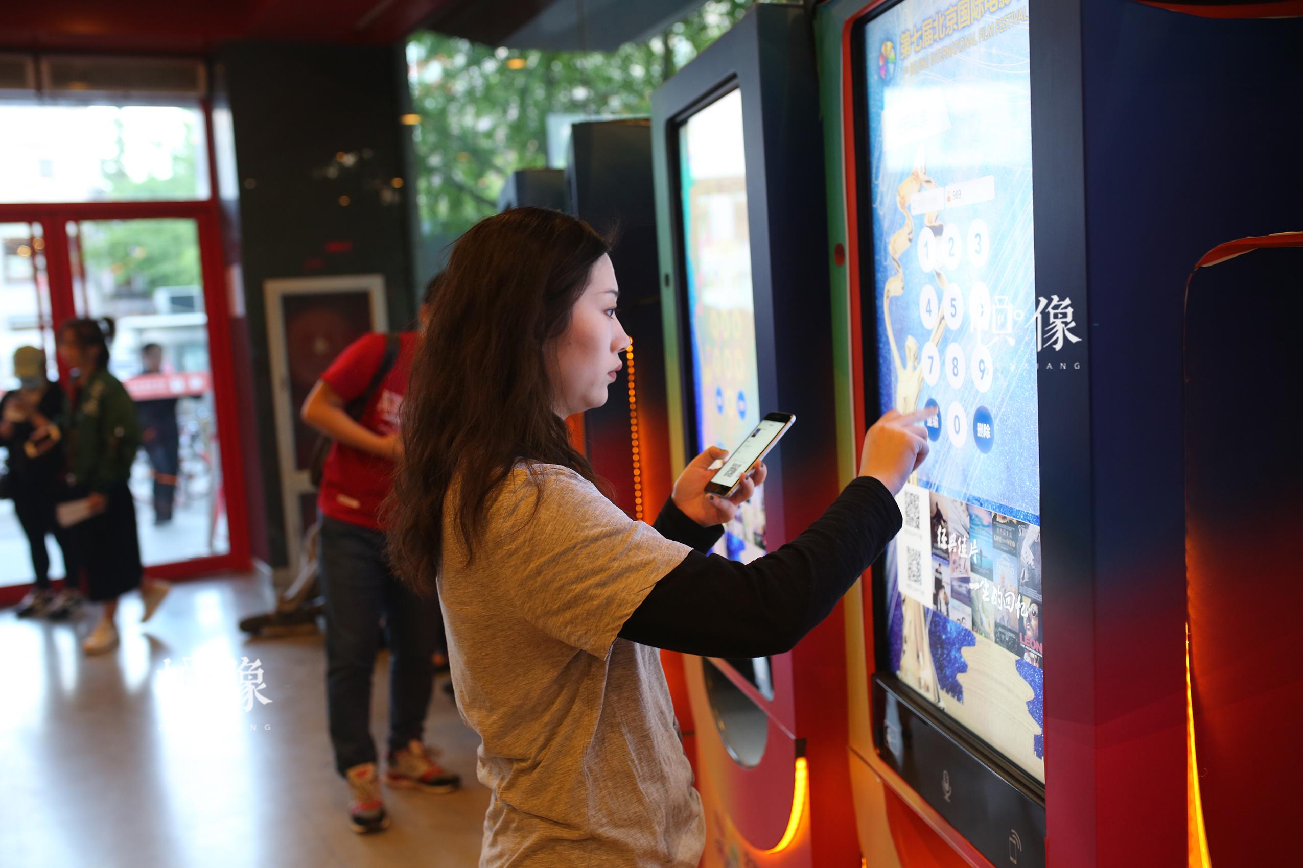 观影群众正在取票。中国网记者 焦源源 摄